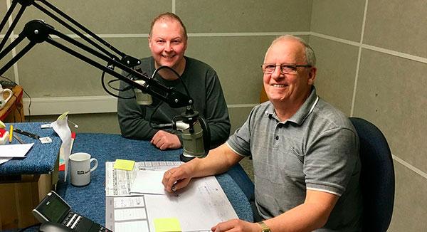 Fotografi av to personer i radiostudio