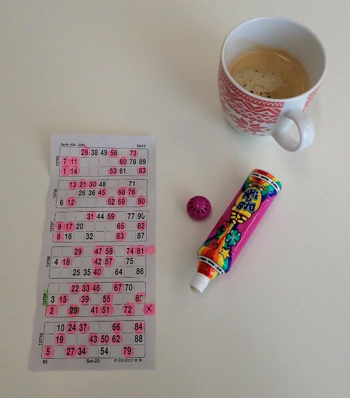 Fotografi av bingoblokk og kaffekopp